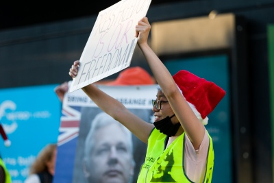"""Melbourne, Australia, 20 December, 2020. A protester holds up a placard during the Bring Julian Assange Home Rally on December 20, 2020 in Melbourne, Australia. On 4 January, a British judge is set to rule on whether Julian Assange should be extradited to the United States, where he could face a 175-year sentence in a high-security """"supermax"""" prison. Credit: Dave Hewison/Alamy Live News"""