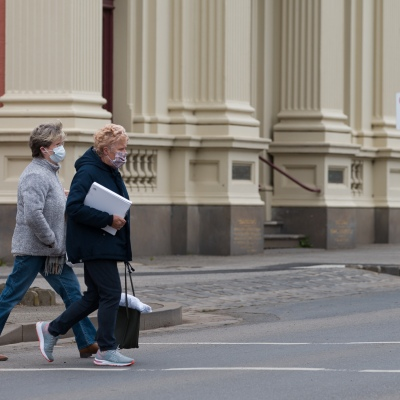 Locals cross the street during COVID-19 in Kilmore, Australia. An outbreak which started in Chadstone in Melbourne, has spread as far as Benalla. Twenty-eight people linked to the outbreak have now tested positive for COVID-19. There are now two confirmed cases in Kilmore linked with a Melbourne Resident who carried the virus into the town. The person visited the Odd Fellows Cafe in Kilmore which lead to him spreading the virus to a staff member, and a customer. The cafe has been closed for deep cleaning and will remain closed until the 19th October.