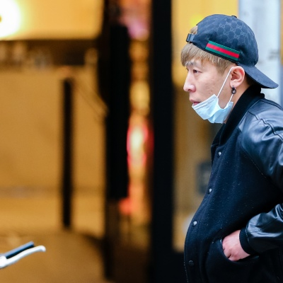 MELBOURNE, AUSTRALIA - June 21: A man is seen walking in the CBD as he incorrectly wears a facemask under his chin as restrictions are being tightened in Victoria during COVID 19 on 21 June, 2020 in Melbourne, Australia. After a concerning spike in new coronavirus infections in metropolitan Melbourne which is once again sparking fears of a second wave, the Premier Daniel Andrews announced yesterday (20 June) that restrictions on the number of visitors in private homes will be reduced to ten to five. Victoria recorded 19 new cases overnight, the fifth day in a row of double digits increases, prompting the Government to extend the State of Emergency for another four weeks giving Police unprecedented powers to enforce directions managed by the State Government. It includes three new cases linked to an outbreak among contractors working at the Samford Plaza Hotel. The State was in the midst of easing restrictions allowing restaurants, bars and cafes to increase the number of inside patrons from 20 to 50. As a result of this spike, the Government has reversed in decision to further ease restrictions on hospitality businesses forcing many to shut their doors forever. Some of Melbourne's most well-known restaurateurs are at on the brink of permanent closure. Victoria has had the strictest Coronavirus restrictions in the country, yet is by far the worst performing state, raising questions over the real effectiveness of this strategy. (Photo by Speed Media/Icon Sportswire)